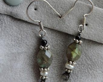Earrings in 925, Labradorite and pearls.