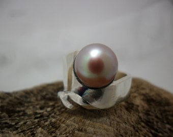 Sterling silver ring decorated with a cultured pearl pink