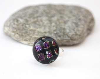 Sterling silver ring 925 and dichroic glass cabochon with pink reflections, blue and green