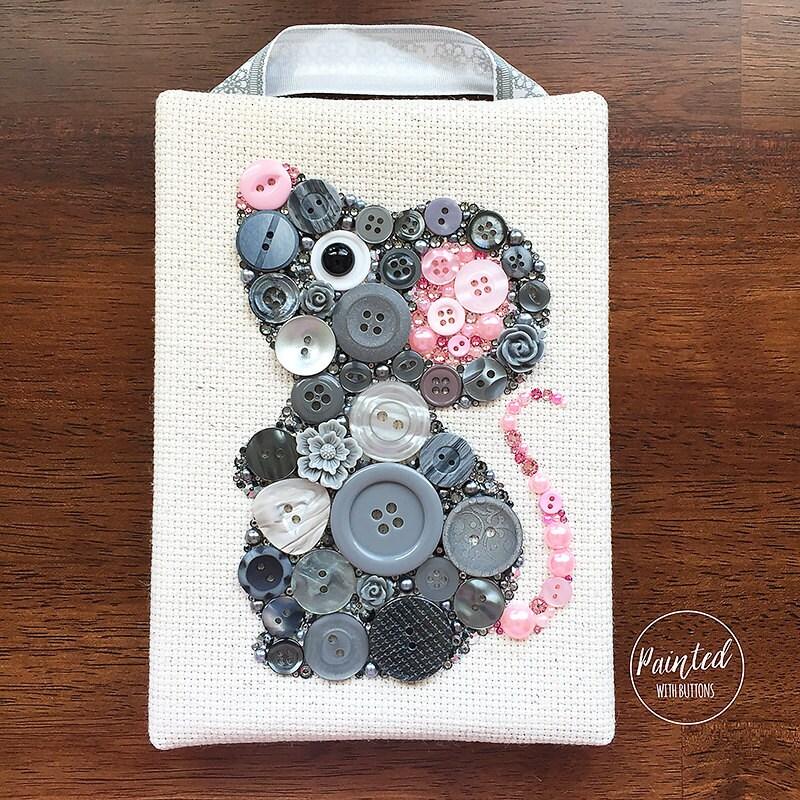 Button art grey mouse nursery decor button artwork for Tuto home deco tableau