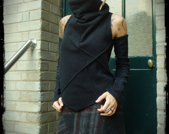 Black collar polar sweater amount knotted on the back