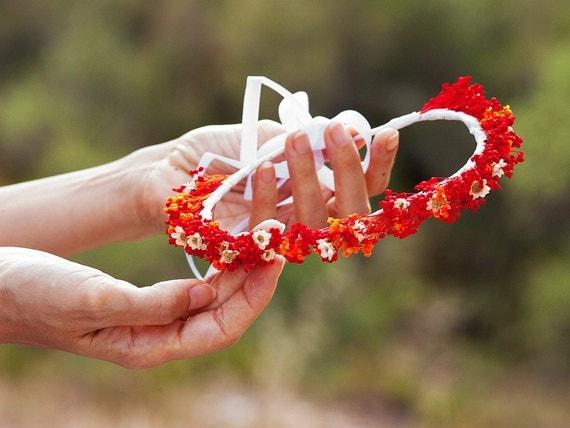 Tiara de flores margaritas secas rojas y anaranjadas. Red orange dry daisies flowers rustic crown