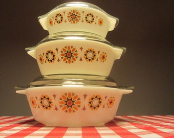 """JAJ PYREX - Big 3 pint Round Casserole Dish with Lid """"Toledo"""" pattern - Made in England - 1970s"""