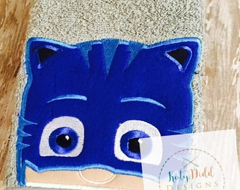 Hooded bath towel with character