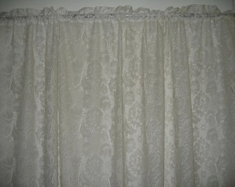 Gorgeous Vintage Lace Curtain with Scalloped Edges/Shabby Chic