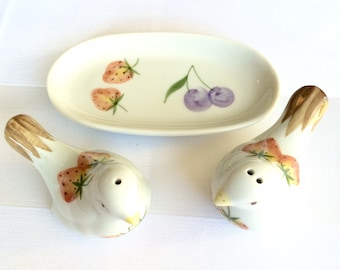 Vintage Andrea Salt and Pepper Shakers, Made by Sadek, these two Bird S & P shakers have a matching tray.  Cute Kitchen Kitsch pieces