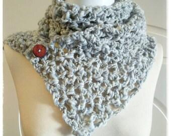 Bufanda-Cuello woven crochet in grey and cream tones.