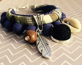 Pulsera étnica madroños violetas cordón tonos tierra.
