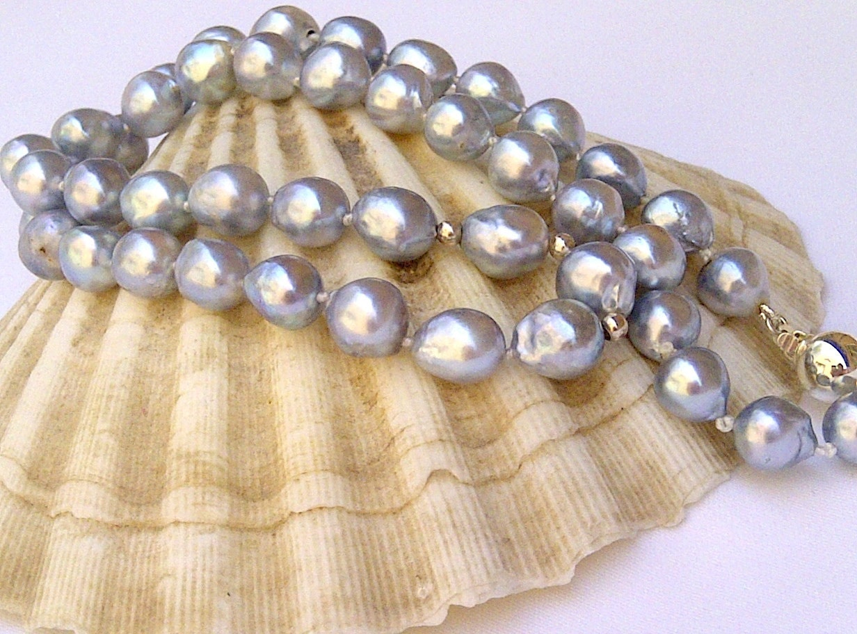 Pearl necklace. Japanese Akoya pearls. Silver blue by ...