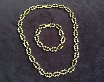 Avon Gold Toned Linked Chain Necklace and Earring Set 0591