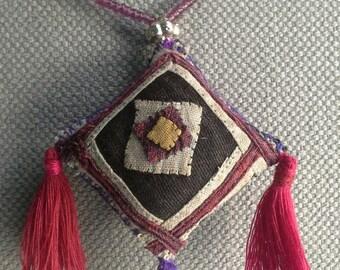 Necklace/pendant textile Bohemian sumptuously geometric.
