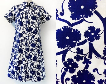Unused, very pretty vintage dress in white with blue flowers and vine, size EU 42 / UK 14 / US 12