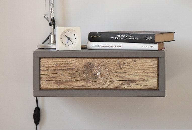 comodino sospeso con cassetto in legno antico tavolino in. Black Bedroom Furniture Sets. Home Design Ideas