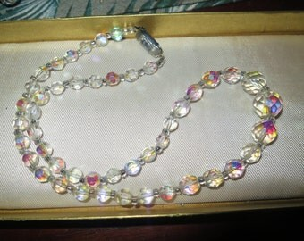 Attractive 1950s aurora borealis crystal necklace