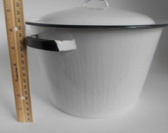 Vintage enamelware pot with lid...4 Qt stock pot