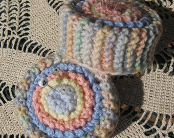 Pattern for vintage knitted pincushion owned by my great-grandmother. Suitable for beginners.