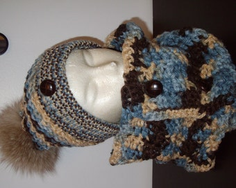 -Neck button-down and tuque wool in shades of blue and Brown, recycled fur Pompom