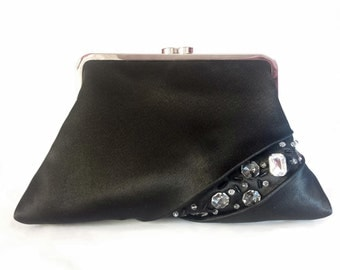 Elegant clutch in black satin, with a glimpse of stones , rhinestones , coral and canottiglie .
