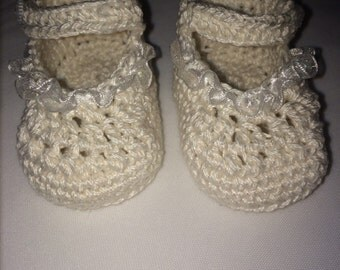 Baby girl shoe ivory with white ribbon