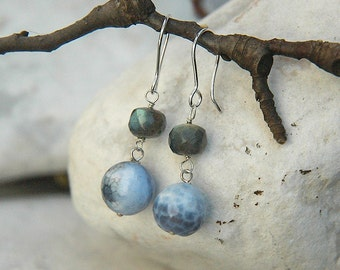 Earring in chalcedony and labradorite