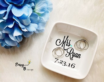 Personalized Mrs. Jewelry Dish with Wedding Date//Ring Dish//Jewelry Dish//Gifts for Her//Birthday Gift//Bridal Shower Gift//Wedding Gift