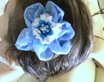 The hair clip.  Accessory for the babello of girl and jovenciita. Organza hair flower