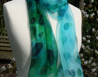100% silk scarf in chiffon. Green and turquoise Baker game.