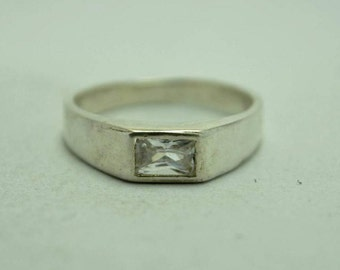 T21E08 Vintage Modern Style Clear Rectangular Stone Sterling Silver Ring Sz 6.5