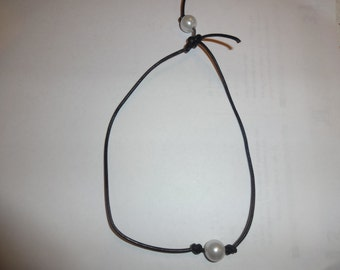 One Pearl Leather Necklace