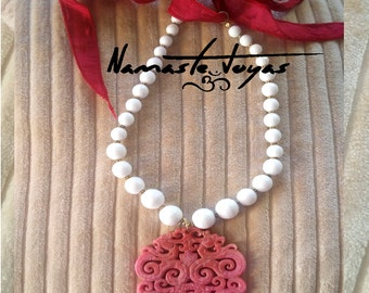 Necklace agate and white jade