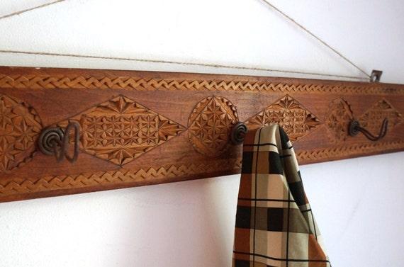 Hand geschnitzt Holz Garderobe 5 von ArchaSalvageStudio auf Etsy