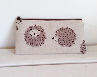 Flat  zipper pouch  - round hedgehog ivory