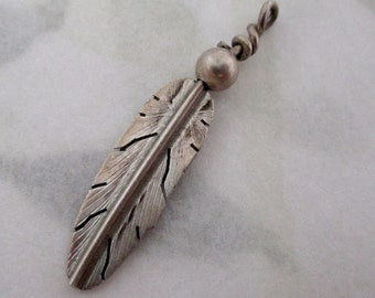 UNMARKED vintage sterling silver feather charm - s18