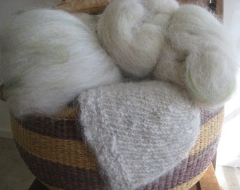 Alpaca Batt Natural Beige with Hand Dyed Green Wool, Small alpaca Batt for Needle Felt, Spinning Batt, Spins with a Halo, Alpaca my Farm