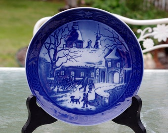 Royal Copenhagen 1995 Christmas Plate, Christmas at the Manor House,  7""