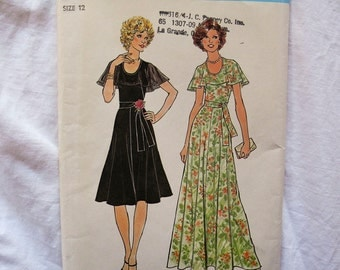 Vintage Simplicity pattern 7382 Misses dress in two lengths cape collar 1970s bust 34
