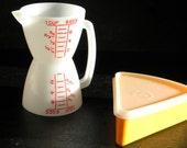 Vintage tupperware measuring cup and sandwich slice keeper
