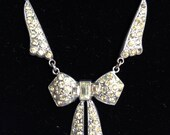 Very sweet Art Deco vintage silvertone and rhinestone bow collar detail necklace