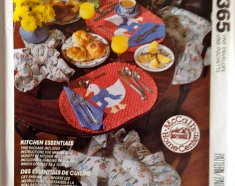 Kitchen Essentials Pattern for Valance, Curtains, Seat Cushion, Oven Mit, and More  – McCall's Crafts No. 5794 / P365