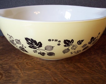 Vintage Pyrex Gooseberry Cinderella Mixing Bowl 4 quart Yellow and Black