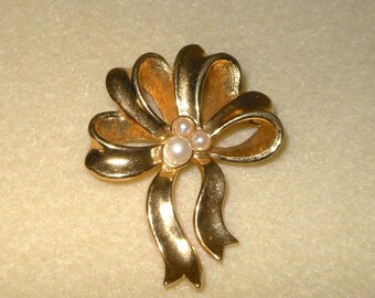 Vintage Gold tone Bow brooch with pearls/Vintage womens Bow brooch/Pearl and bow brooch/Vintage pearl and ow brooch/Vintage Avon Brooch