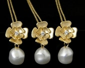 Gold flower pearl necklace