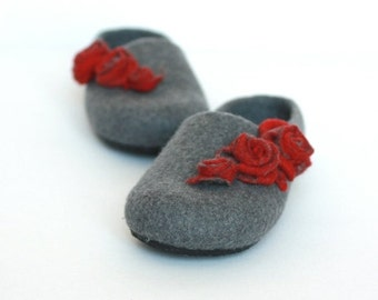 Women house shoes - felted wool slippers - Valentine day gift    - grey with red roses