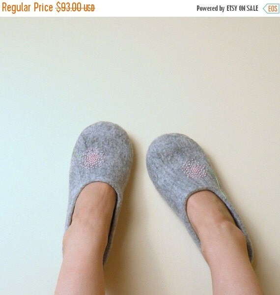 Felted slippers Neutral with pink dandelion - natural grey wool clogs - eco friendly