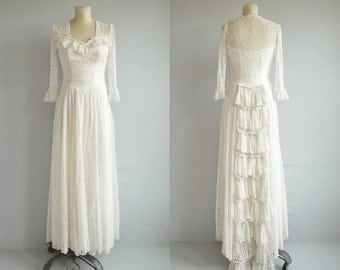 Vintage 40s Wedding Dress / 1940s White Lace Sweetheart Gown with Ruffled Train