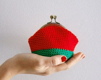 Crochet coin purse, retro coin purse, color block coin purse, the Red Keeper, in red and green, vegan friendly