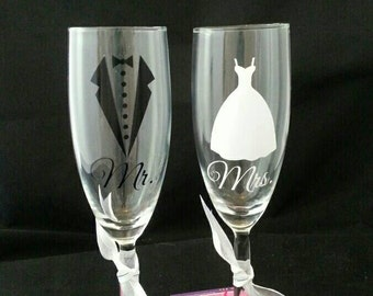Wedding Toasting Flutes, Bride and Groom Glasses,  Mr and Mrs Flutes , Champagne Glasses , Wedding Gift , Mr and Mrs Glasses, Shower Gift