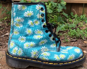 90s size 7 us womens uk 5 womens Dr Martens the original daisy print blue work combat boots