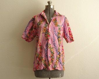 1960s Malihini Hawaii Pink Tropical Floral and Lei Print Button Down Shirt | Size Medium