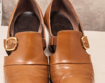 1960s womens cognac leather pumps w/ gold buckle. Clean, stylish 3